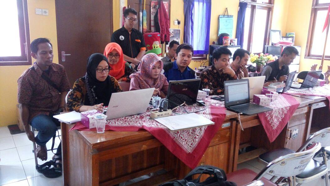 Para peserta sedang mempraktikan cara penulisan berita di website Desa. Foto oleh Zainal (tim PUSPINDES)